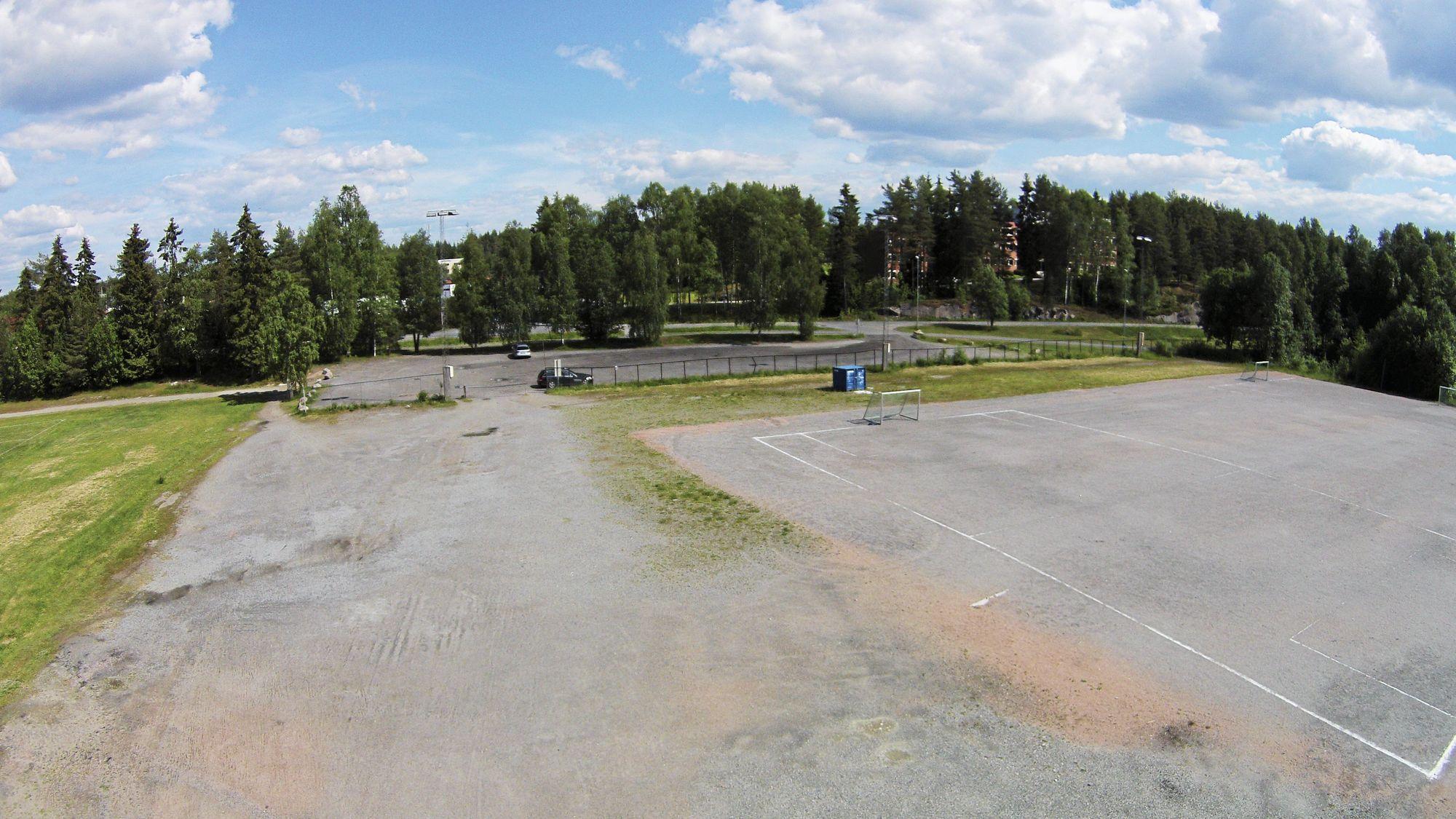 HER KOMMER BRAKKENE: Det er i dette området, mellom bommen og kunstgressbanen, at de nye brakkene kommer til å bli plassert.