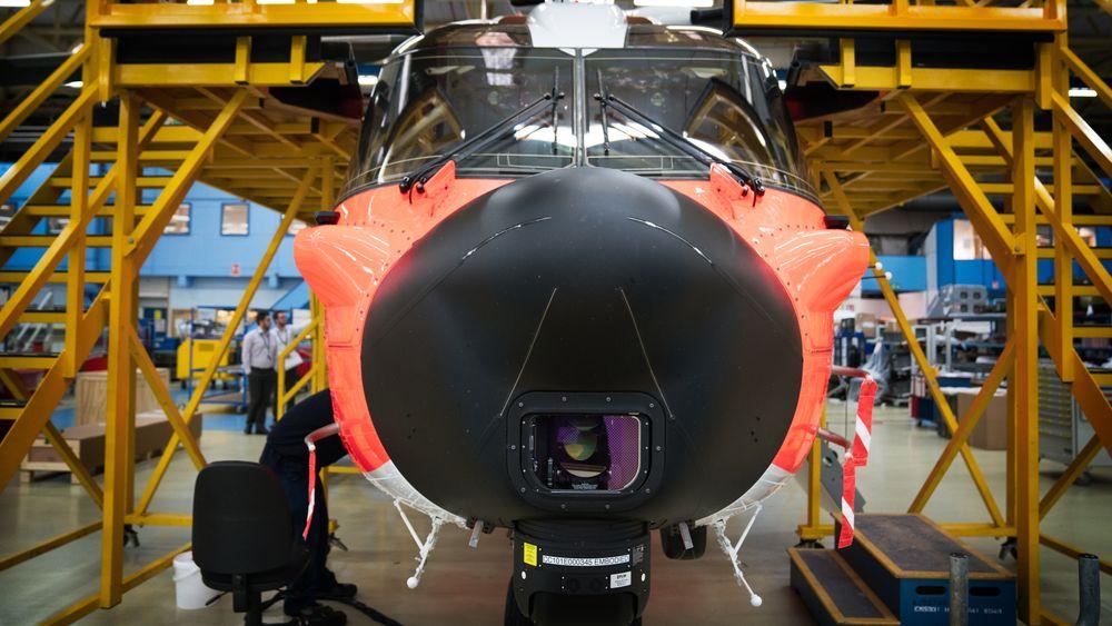 Nesepartiet på ulykkeshelikopteret mens det fortsatt befant seg på Leonardo Helicopters-fabrikken i Yeovil. Sensorene som synes er FLIR nederst, LOAM lengre opp og to lidarsensorer på hver sin utvekst.