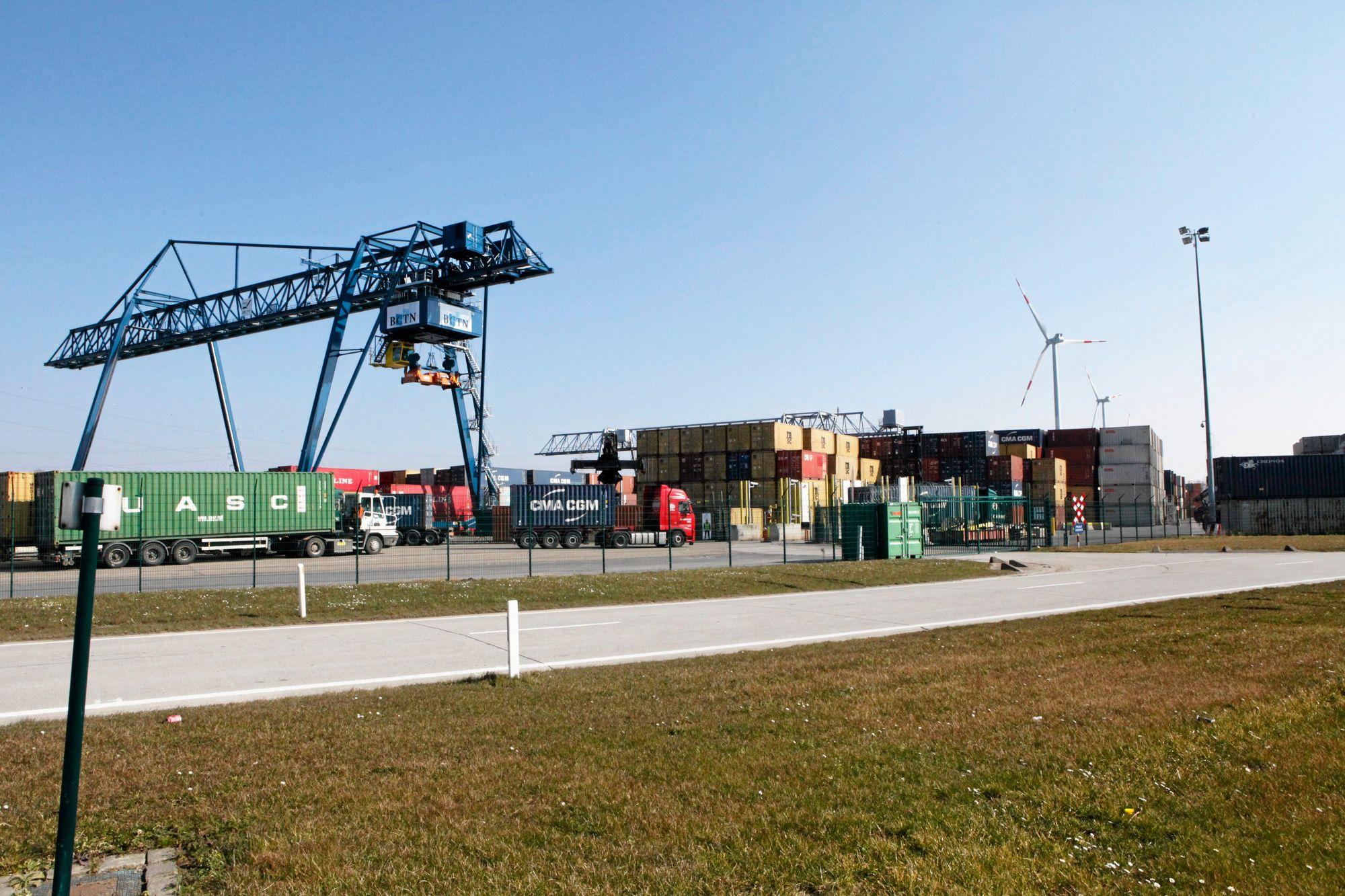 EGEN HAVN: Nike har egen containerhavn på anlegget. Hver dag anløper ca. 50 TEUs med sko og klær fra fabrikkene i Asia.