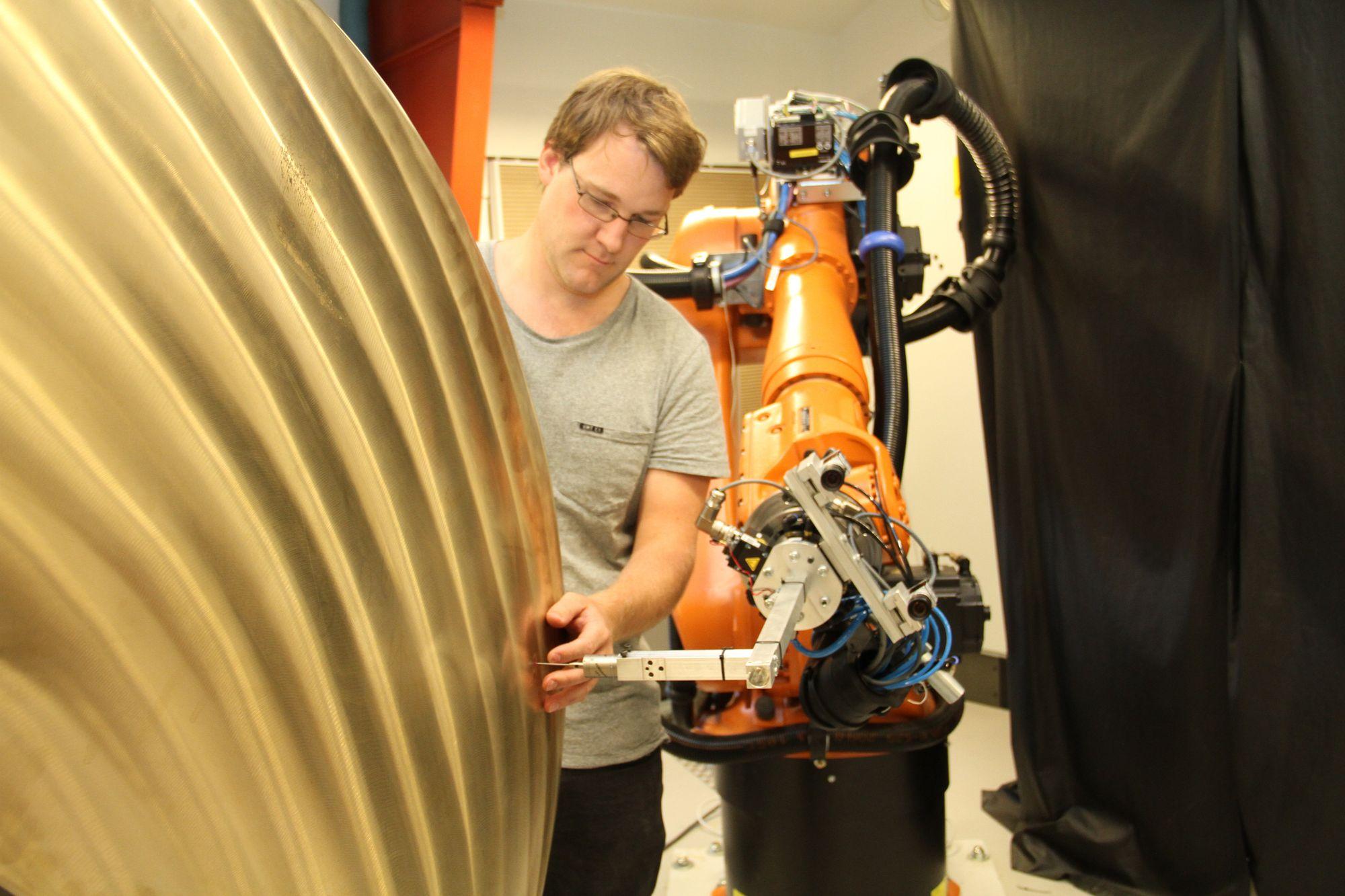 Ådne Solhaug Linnerud på Sintef Manufacturing på Raufoss har hjulpet til med å utvikle en nøyaktig sliperobot til Oshaug Metall. Resultatene av det prosjektet brukes videre i arbeidet for å overflødiggjøre modellene.