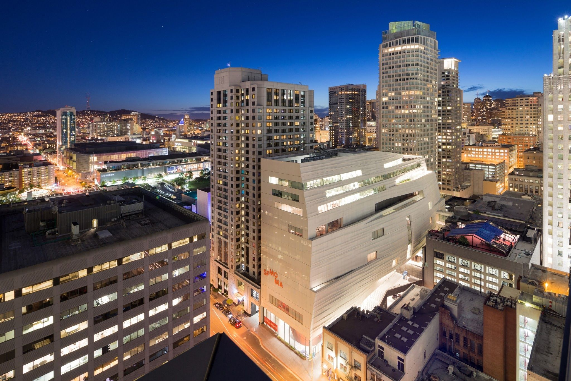 Museum of Modern Art i San Fransisco er tegnet av Snøhetta. Fasadeplatene er alle unike, ikke to er like. Oshaug Metall ser nå muligheten til å kunne konkurrere på et slikt marked når de kan kutte ut de fysiske modellene.
