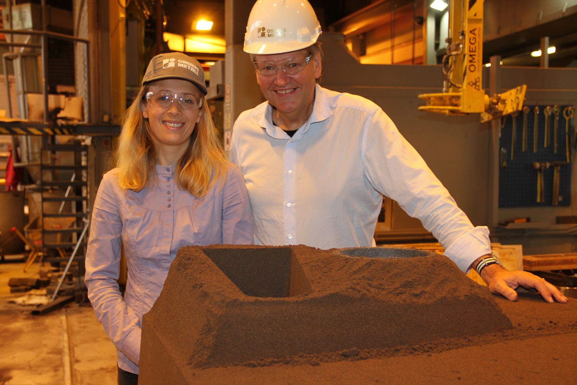 Sand og bindemiddel er utgangspunktet for støpeformene. Allerede i 2018 skal formene kunne lages uten fysisk modell. Mari Klokk Leite og Stein Berg Oshaug foran den halvferdige støpeformen.