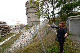 Kostbart sommel: Vår kunnskapsrike kommunale guide Camilla Edvinsson er skuffet over at den triste Gassklokke 4 ikke ble revet før bebyggelsen rundt proppet opp. Dermed blir trolig rivingen svært kostbar.