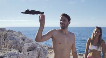 Så fort du slipper taket, svever dronen i luften automatisk