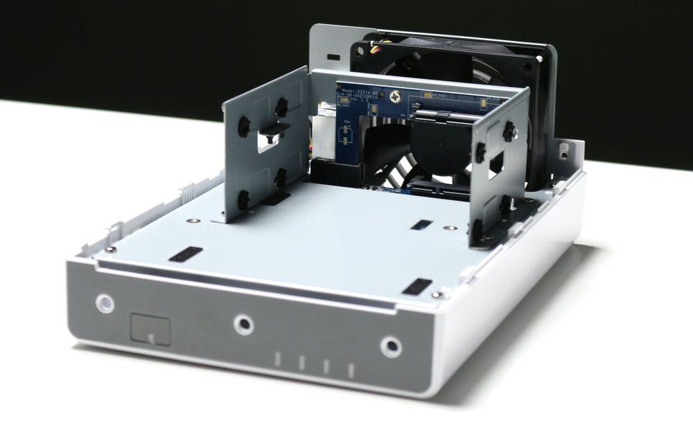 For å installere harddiskene må hele boksen «splittes».