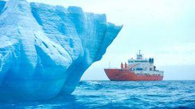 Forskningsfartøyet Akademik Treshnikov fra 2011 i Karahavet med isfjell i forgrunnen.