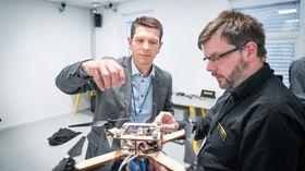 Konsernsjef Geir Håøy diskuterer droneteknologi med Jan Dyre Bjerknes.