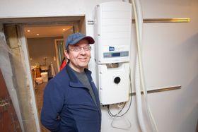 Mads Thomassen har fått installert et solcelleanlegg som fungerer selv om strømmen går.