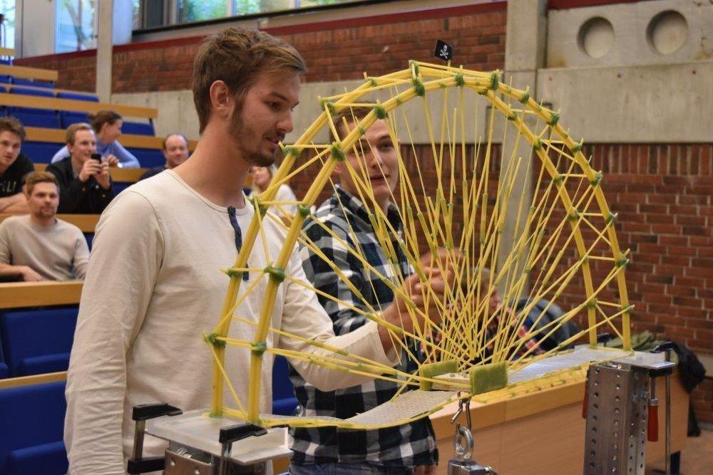 Ingeniørstudentenes spaghettibru tålte en vekt på hele 98 kilo før den ga etter. Det gjorde dem til vinner av den første spaghettibrukonkurransen ved Universitetet i Stavanger. Thomas Riber og Marius Ramslien sjekker konstruksjonen sin etter testen.