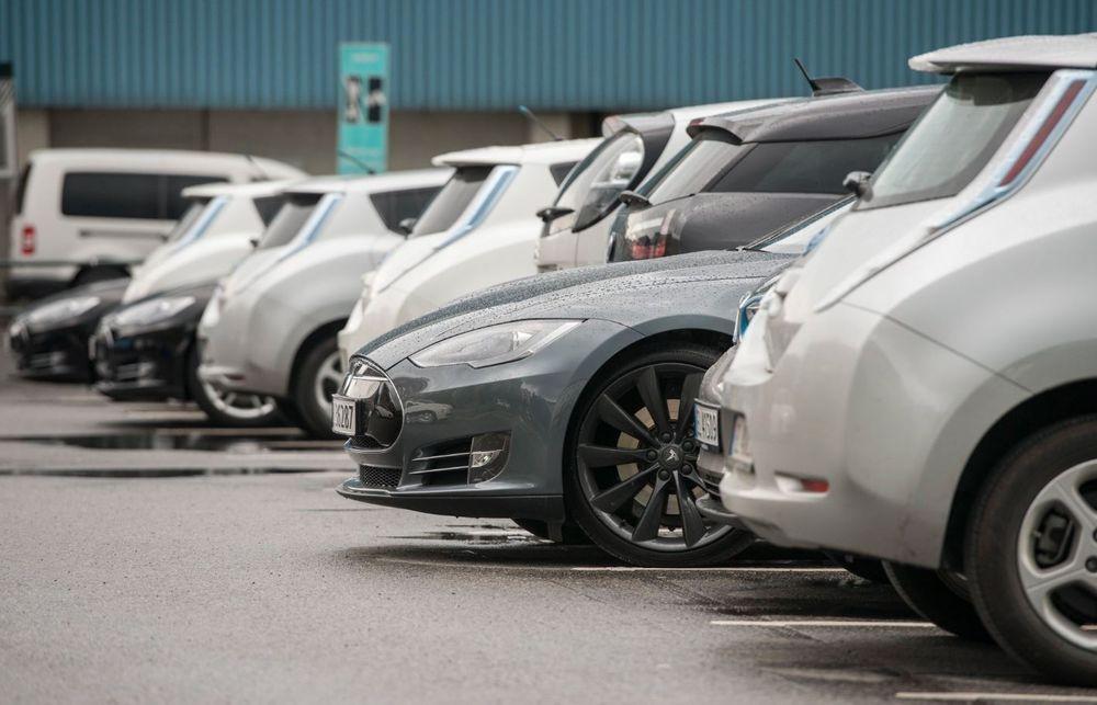 Andelen biler med kun forbrenningsmotor er nå på nivå med biler med hel eller delvis elektrisk fremdrift, ifølge tall fra OFV.