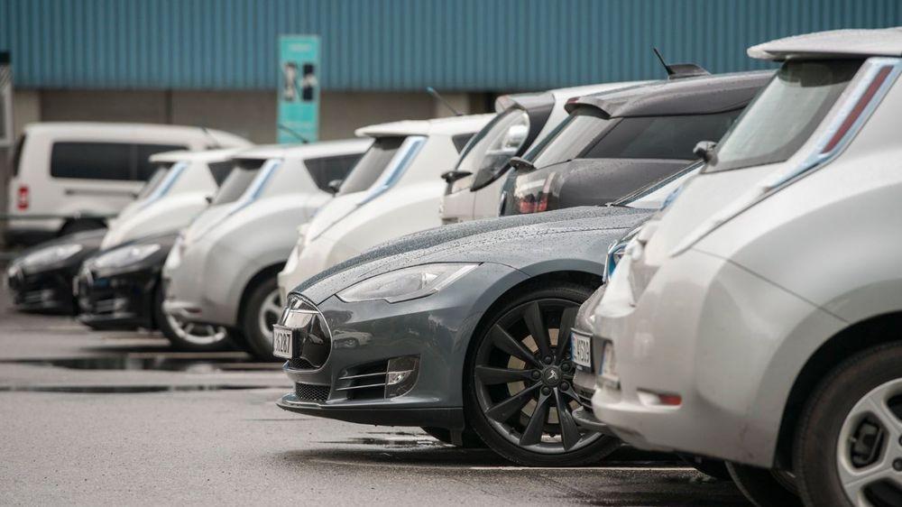 Regjeringen vil øke årsavgiften med 1.200 kroner for nullutslippsbiler og gjøre den 300 kroner billigere for fossilbiler fra 2018.