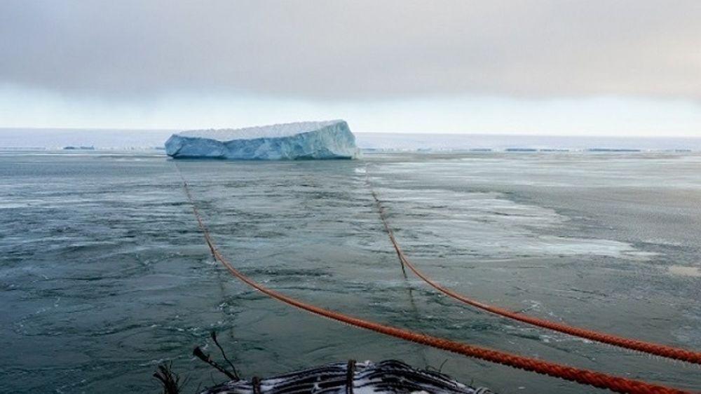 Isbryteren Kapitan Dranitsyn og forskningsskipet Akademik Treshnikov klarte å endre kurs og taue et isfjell på rundt 1 million tonn i Karahavet.