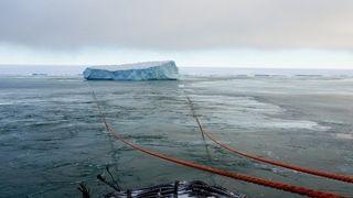 Her flytter russerne et isfjell på 1 million tonn