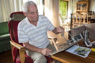 Sidevinkler: Per Olaf Lie har bygget en enkel modell som viser hvordan Getting there klarer seg i bratt terreng.