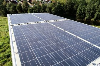 Selvladende: Prototypen har fått tak som både beskytter mot sol og regn,men som også gir plass til åtte kvadratmeter solpanel for å lade batterier eller gi strøm til andre formål.