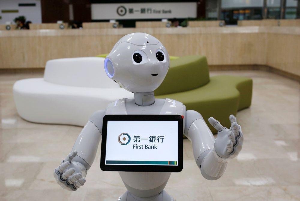 SoftBank's robot 'Pepper' vandrer rundt i lokalet, men foreløpig er Tieto sin robot bare programvarebasert.