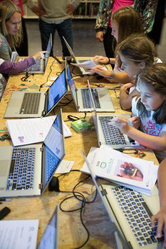 Koding på mikromaskinen BBC micro:bit, som tidligere er delt ut til en million britiske skolelever.