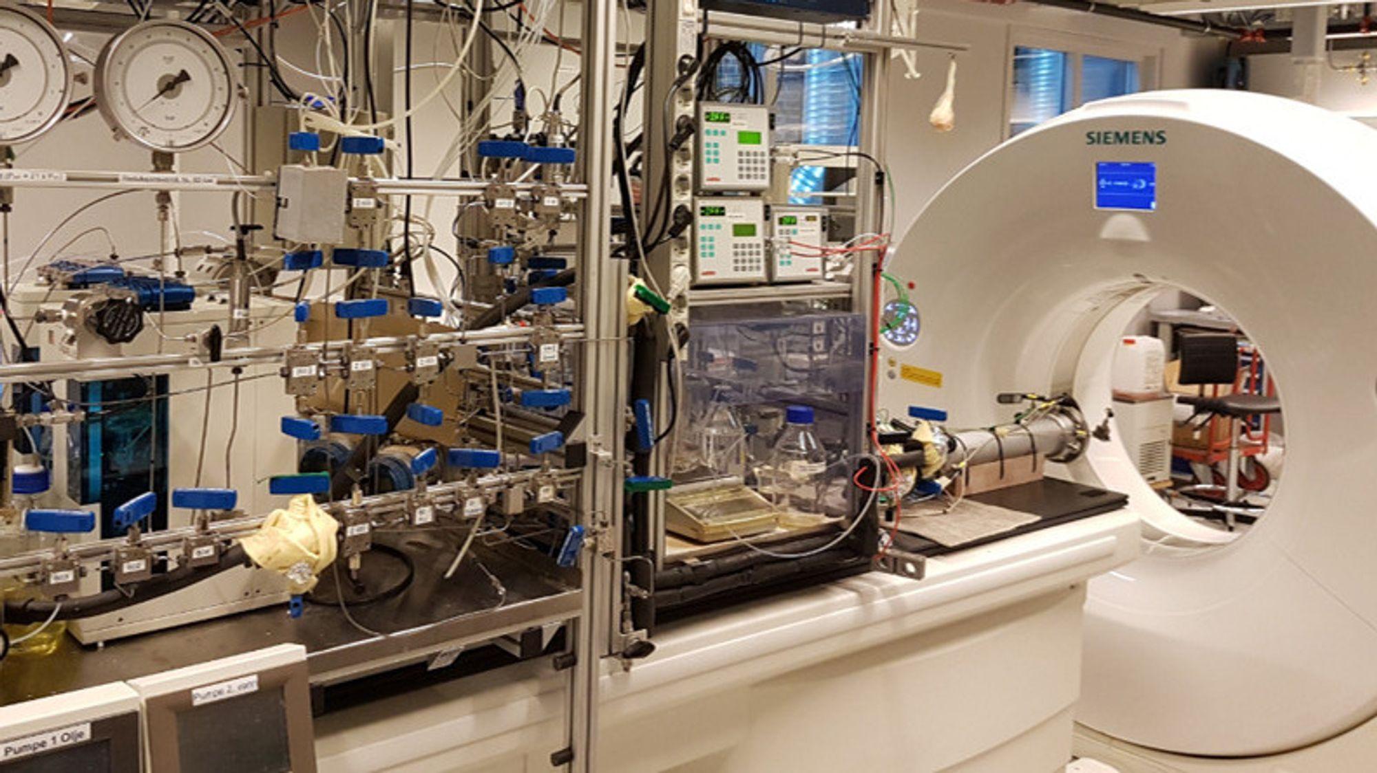 En medisinsk-CT scanner pa Statoils forskningssenter på Rotvoll. Metallsylinderen nærmest maskinen er en såkalt kjerneholder som inneholder kjerneprøver.