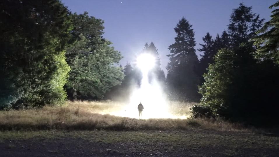 Dronen ser ut som en liten UFO når den er i aksjon.