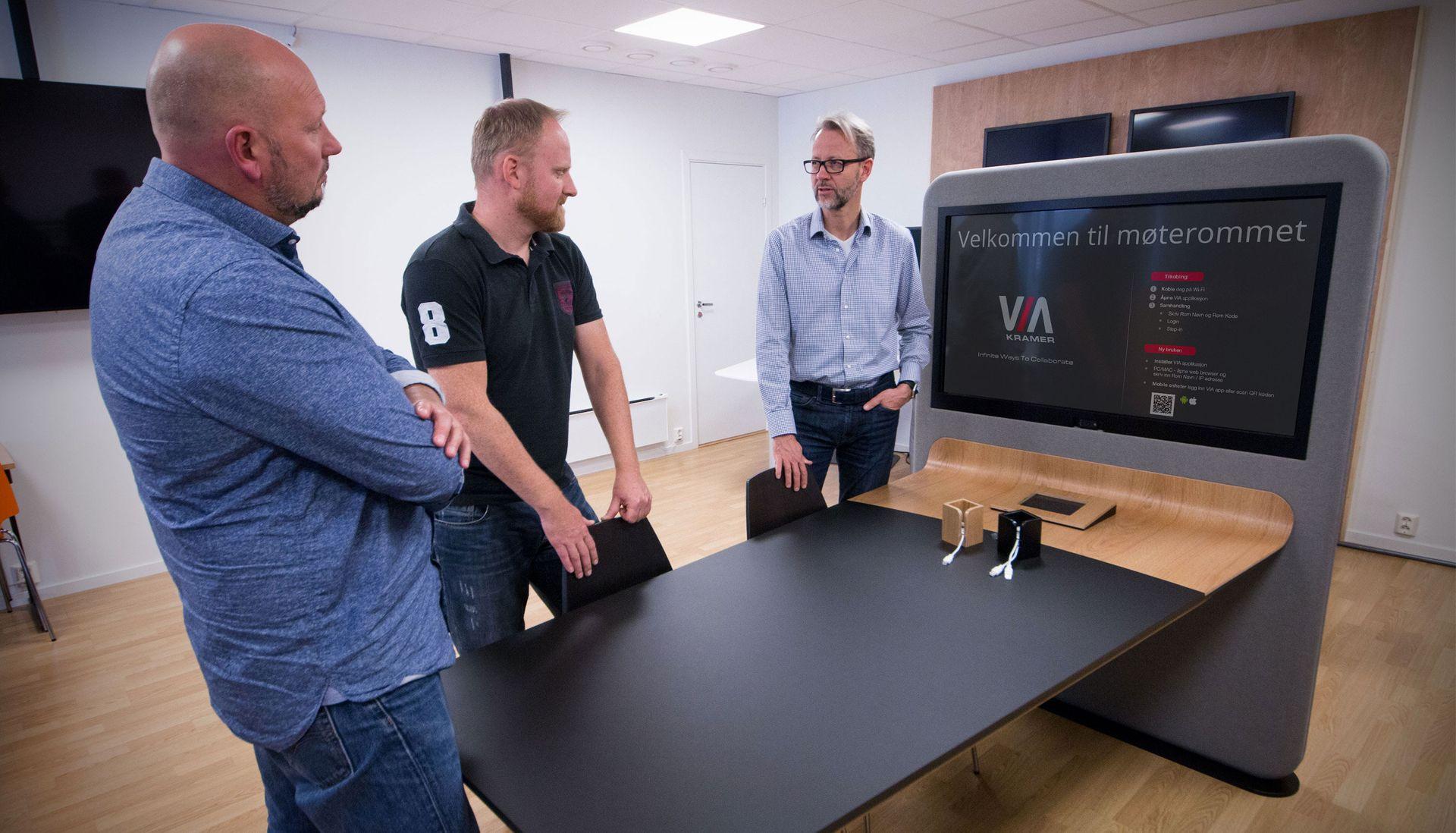 Øyvind Jacobsen, Borgar Kristiansen og Odd Martinsen står foran prototypen, et komplett og brukervennlig møterom samlet i ett enkelt bord.