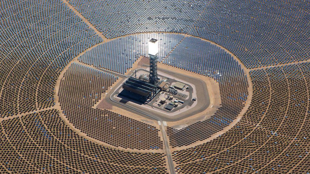 TOWER OF POWER: Dette er et av tre tårn som til sammen er omgitt av 347.000 speil. Speilene reflekterer sollyset til tårnet, som i tur varmer opp vann til damp. Dette genererer elektrisitet. Anlegget er blitt en dødsfelle for fugler.