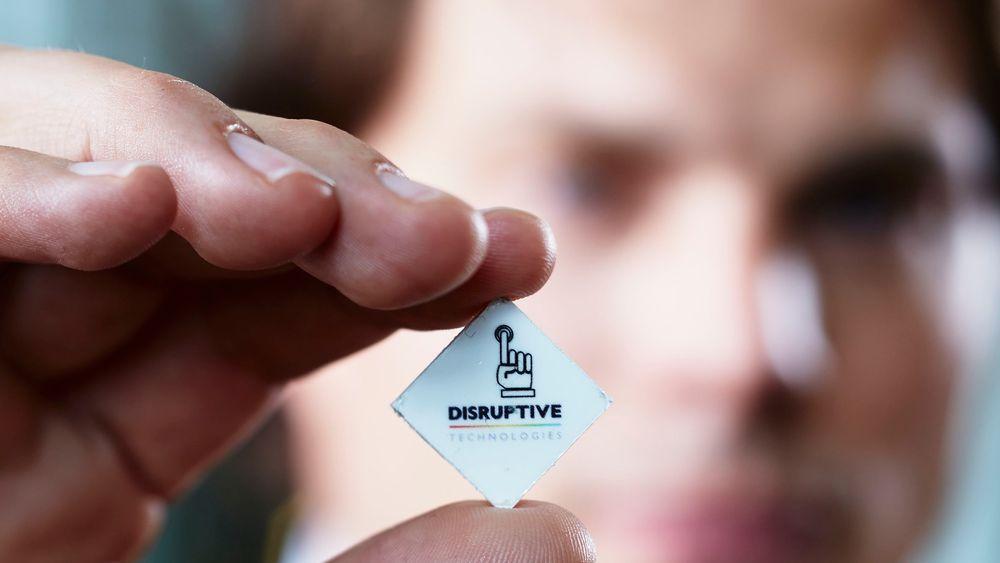 Administrerende direktør Erik Fossum Færevåg med en av sensorene til Disruptive Technologies.