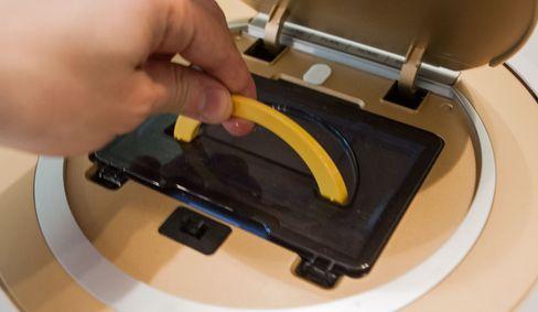 Støvbeholderen tas ut med en liten hank, og kan byttes ut med en vannbeholder hvis du vil bruke roboten til vasking.