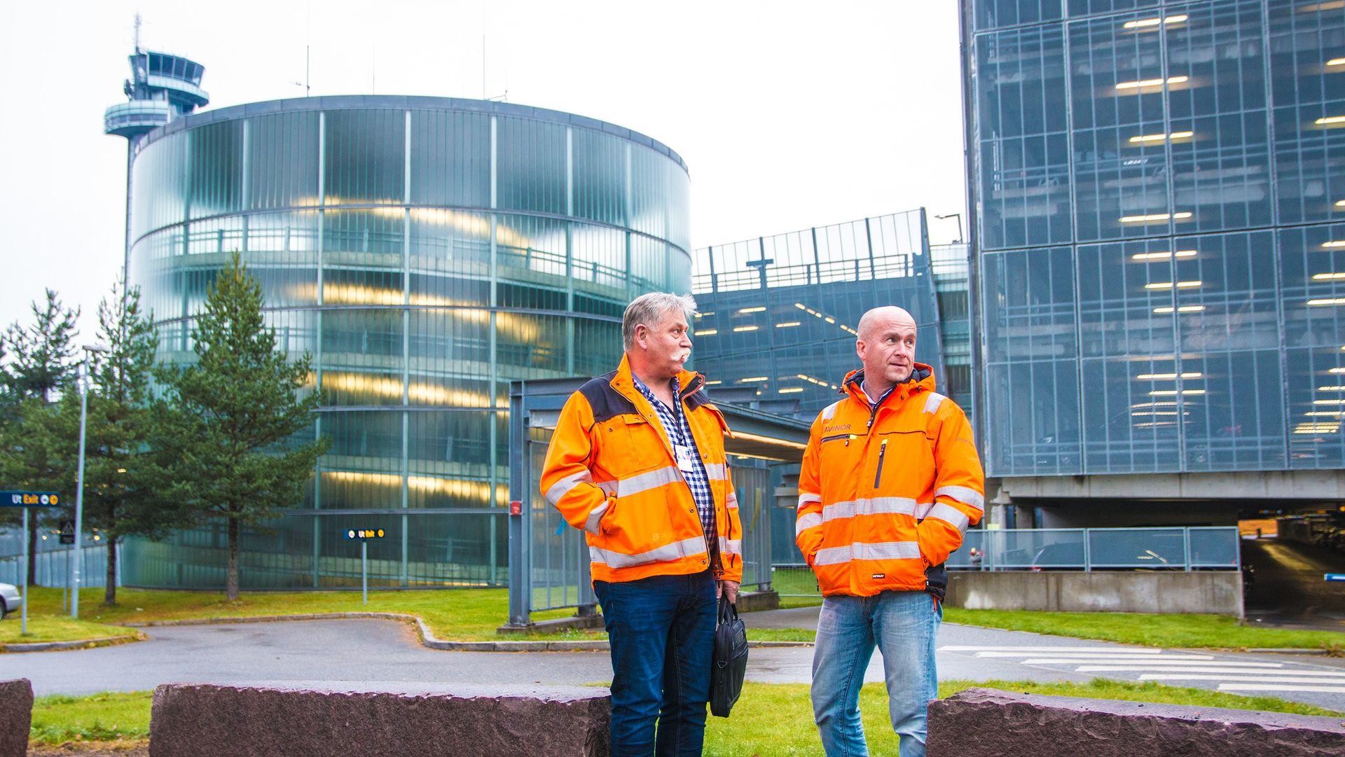 Kjell Magne Nesset og Tor Sigmund Walen ruster Oslo Lufthavn for fremtiden. Da er det viktig at flytrafikken ikke blir berørt.