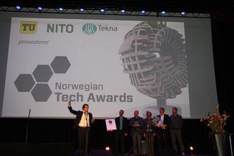 Adm. dir.Erik Fossum Færevaag (t.v.) i Disruptive Technologies med fem av de ansatte takket for prisen Norwegian Technology Award 2016.