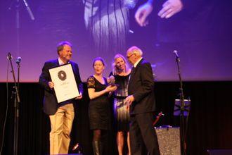 Rolf Skår mottar Årets hederspris 2016v av Jan M. Moberg i Tekjnisk Ukeblad.