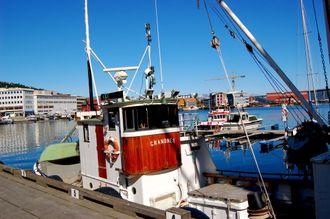 Sjark ved kaia i Tromsø. Her kan den bunkre diesel og få CO2-avgift og mineraloljeavgift refundert.
