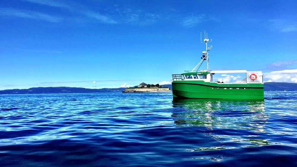 Karoline er verdens første elektriske sjark. Det snaut 11 meter lange fartøyet bruker dieselgenerator til og fra fiskefeltet, 2,5 timer fra hjemhanen Vannvåg i Troms. Nå vil Bellona med flere ha store deler av den norsk fiskeflåten over på eldrift.