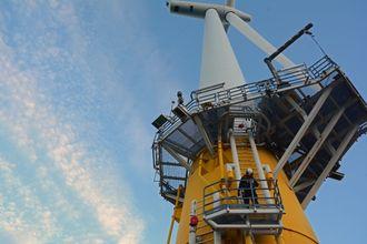 Hywind, verdens første flytende vindmølle, står utenfor Karmøy. Statoil tester i disse dager Wave craft ut til vindturbinen.