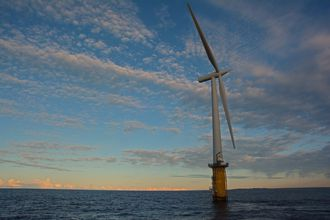 Hywind er verdens første flytende vindturbin, og har stått utenfor Karmøy siden 2009. Her skal den også bli stående fremover.
