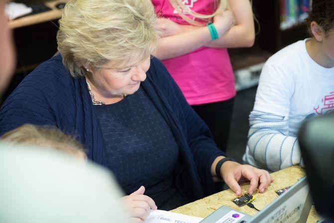 Statsminister Solberg fikk prøve Micro:bit denne uken. Én million britiske skolebarn har fått maskinen tidligere. Nå skal også et antall norske elever få prøve.