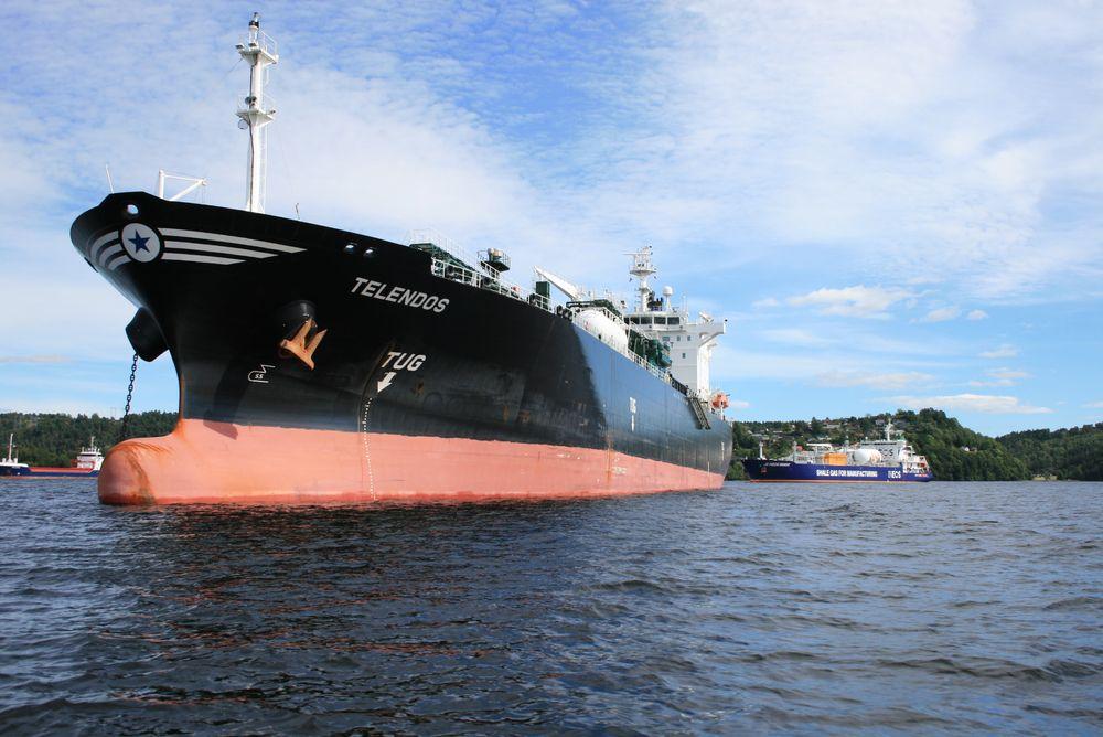 Skal skipsfarten bidra til lavere CO2-utslipp, må det internasjonale regler til. Tungolje må byttes ut med gass og andre energibærere som ikke slipper ut like mye CO2 og andre skadelige elementer. Her ligger  LPG-tankeren Telendos og  LNG-tankeren JS Ineos Insight for anker i Frierfjorden ved Porsgrunn. LNG-tankeren har gassmotorer.