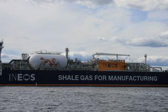 Skifergass fra USA fraktes på LNG-tankskip til Ineos i Bamble. Skipene har Wärtsilä dual fuel-motorer - dvs. at de i hovedsak går på gass. LNG-motorer har 25-35 prosent lavere CO2-utslipp enn dieselmotorer.