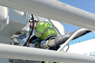 Slange for LNG-fylling kobles på manifold om bord i tankskipet Ternsund.