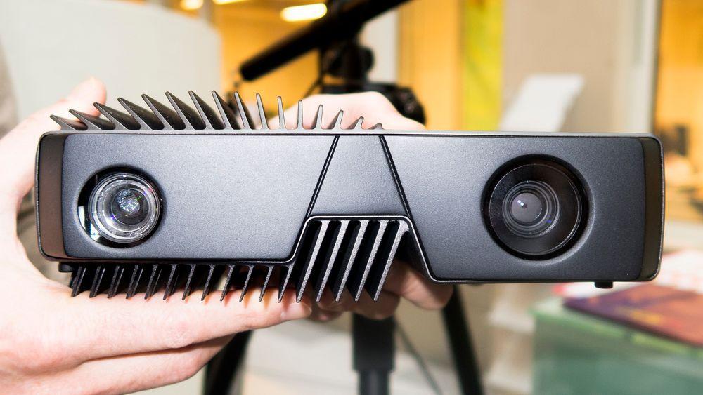 Nesten menneskelig: Zivid-kameraet minner litt om et menneske. Projektoren og kameraet ser ut som øyne og kjøleribbene kan minne om hår og skjegg. Det er ikke tilfeldig. Her har Eker Design vært inne og satt preg på produktet. Eller som Schumann-Olsen sier det; To make it cool, and to keep it cool.