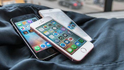 iPhone SE (rosa, i midten) deler en del av innmaten med iPhone 6S (i bakgrunnen), men det meste er hentet direkte fra iPhone 5S til venstre.