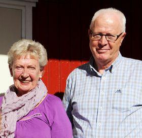 OGSÅ FORNØYD: Leder i Oppegård Røde Kors, Wenche Haueng (t.v.) er godt fornøyd med årets innsamlingssum. Her er hun fotografert sammen med nestleder nestleder Dag Johnsrud.