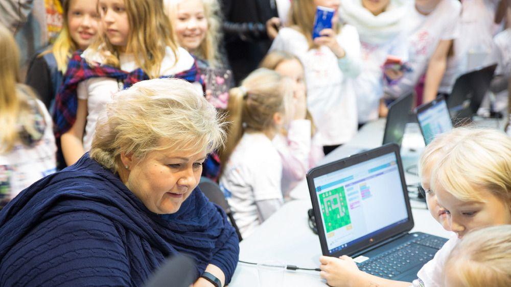 Statsministeren og 300 elever koste seg under Girl Tech Fest i forrige uke: – Det er viktig å lære om koding i skolen, proklamerte Erna Solberg (H) til digi.no da.