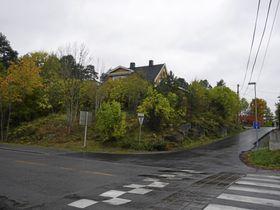 PLANOMRÅDET: Det gule huset i Durendalveien 1, som ligger vis-à-vis Oppegård Sushi & Wok og jernbanelinjen, kan bli erstattet med 40 private omsorgsboliger fordelt på fire boligblokker.