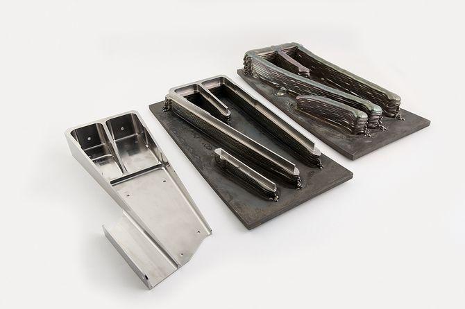Ved bruk av additiv tilvirkning i produksjon av flydeler, mot tradisjonell støp, kan man eliminere opp til 70 tonn skrapmetall titan per kommersielle fly. Bildet viser behandlingen av gjenstanden fra 3D-printet titan til høyre og ferdig utfrest emne til vestre.