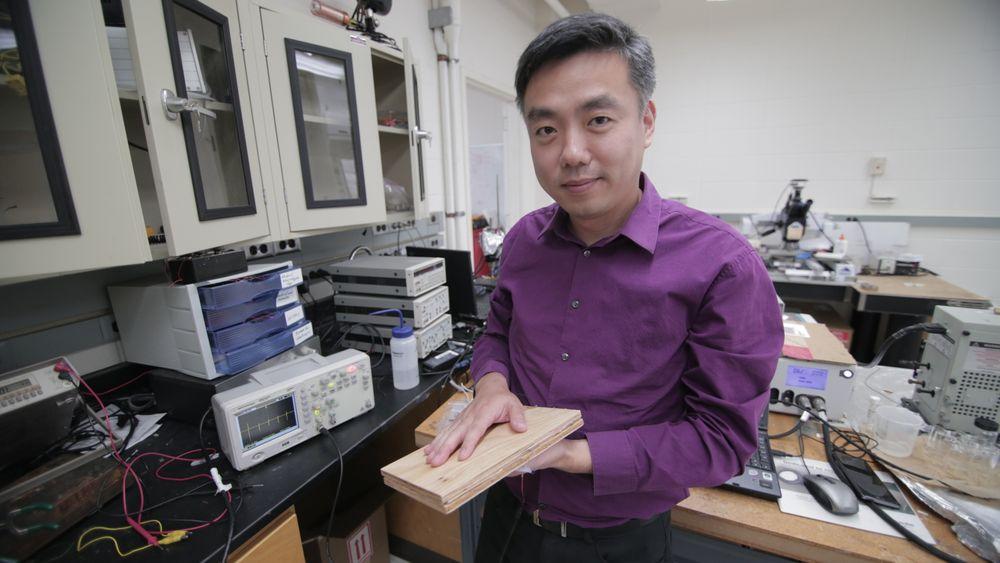 Førsteamanuensis Xudong Wang ved University of Wisconsin-Madison viser frem en prototype av teknologien for å generere energi fra fottrykk.