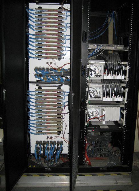 Disse SCXI-terminalblokkene gjorde fra National Instruments gjorde det enklere å redusere kompleksiteten i NASAs Chamber B.