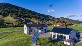 Blikkfang: Det er ikke så mange som har både solcellepanel og flere vindmøller i hagen sin langs fylkesveg 715 i Rissa.