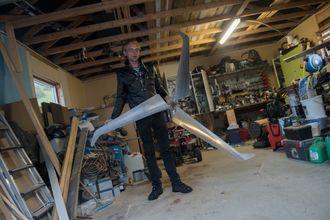 Neverås prøver seg fram med ulike rotorblader til vindturbinen. I garasjen har han en rotor med tre blader i aluminium.