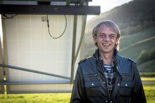 Energipark: Tore Neverås har bygd opp solcelle- og vindparken i hagen sin siden 2011.
