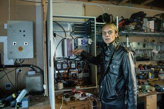Full oversikt: Fra dette skapet har Neverås til enhver tid mulighet til å sjekke hvor mye strøm som produseres.